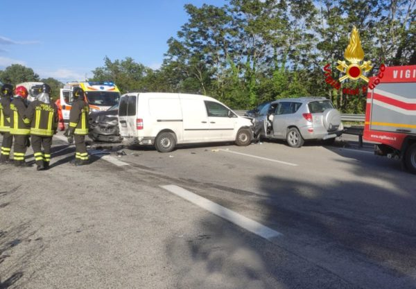 Follia in superstrada, la imbocca contromano e causa maxi incidente